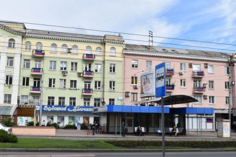 Flagge der Volksrepublik Donetsk (DNR) auf den Balkonen