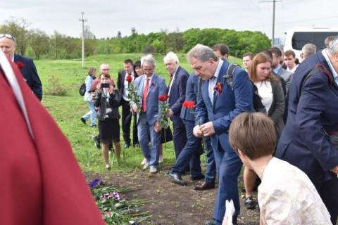 Boris Lechthaler legt Blumen beom Grab des ermordeten ersten Präsidenten Schartschenko nieder