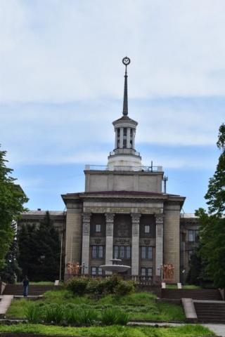 Öffenliches Gebäude mit gekreuten Hämmerm an der Spitze