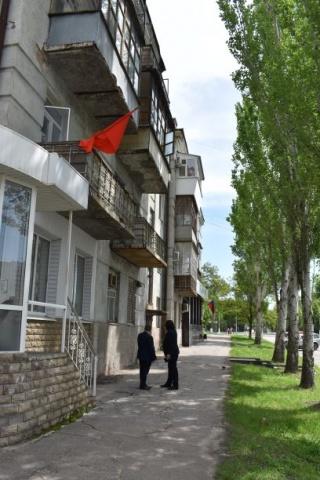Nationalfeiertag: Rote und Staatsfahne