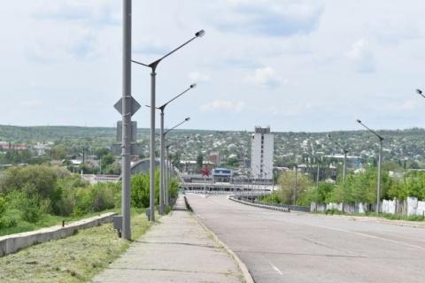 Bahnhof mit Rotem Stern; von der Anhöhe dahinter feuerte ukrainische Artillerie