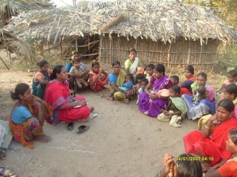 Versammlung der Frauen und Kindern in einem Behelfsdorf