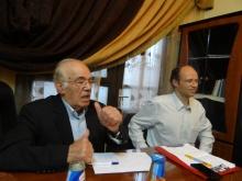Hassan Abdel Azim (l), Vorsitzender des NCB, spricht zur Delegation