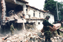 """Die Geburtsstation der Universitätsklinik """"Dr. Dragiša Mišović"""" in Belgrad wurde am 28. April 1999 durch Luftangriffe beschädigt, am 20. Mai 1999 von einer Bombe getroffen. Damit wurde auch das Zentrum für Kinderpulmologie und Tuberkulose sowie die Abteilung für Gynäkologie und Geburtshilfe zerstört. Insgesamt wurden in 11 Wochen 19 Krankenhäuser und 20 Gesundheitszentren zerstört oder beschädigt. (Foto: Tanjug)"""